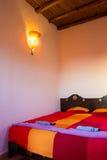 Dormitorio marroquí auténtico en riad tradicional fotos de archivo