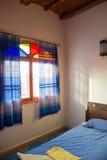 Dormitorio marroquí auténtico en riad tradicional fotografía de archivo