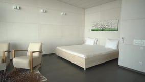 Dormitorio minimalistic moderno del hotel de lujo en colores claros almacen de video