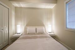 Dormitorio moderno brillante y limpio Fotografía de archivo libre de regalías