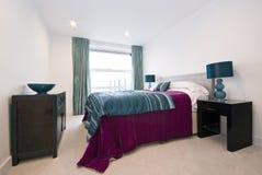 Dormitorio moderno con la cama gigante Foto de archivo