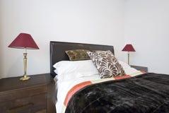 Dormitorio moderno con la cama matrimonial Foto de archivo