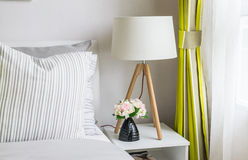 Dormitorio moderno con la lámpara de madera Imágenes de archivo libres de regalías