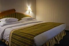 Dormitorio moderno con la lámpara en el hotel Imagen de archivo libre de regalías