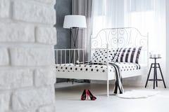 Dormitorio moderno con la pared de ladrillo Imagenes de archivo