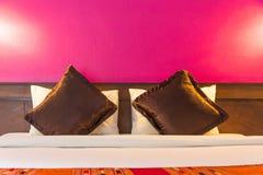 Dormitorio moderno con la pared vacía Fotografía de archivo
