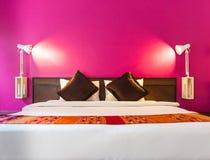 Dormitorio moderno con la pared vacía Foto de archivo