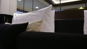 Dormitorio moderno con las almohadas blancos y negros y la lámpara negra en casa metrajes