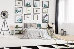 Dormitorio moderno con las ilustraciones Foto de archivo libre de regalías