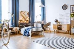 Dormitorio moderno con los armarios de madera Fotografía de archivo libre de regalías