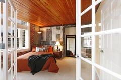 Dormitorio moderno con un muro de cemento quebrado Fotografía de archivo libre de regalías