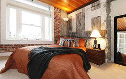 Dormitorio moderno con un muro de cemento quebrado Imágenes de archivo libres de regalías