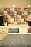 Dormitorio moderno con una cama y las almohadas fotos de archivo
