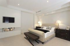 Dormitorio moderno con una chimenea Imágenes de archivo libres de regalías