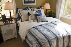 Dormitorio moderno de los cabritos. imagenes de archivo