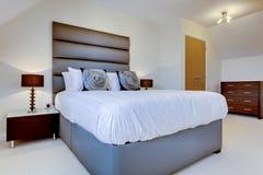 Dormitorio moderno de lujo fotografía de archivo libre de regalías