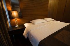 Dormitorio moderno de lujo del estilo Fotos de archivo