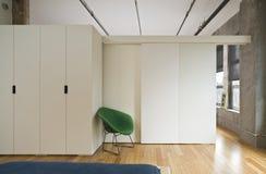 Dormitorio moderno del desván Fotos de archivo