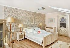Dormitorio moderno del estilo en sitio del desván del beigeon Fotos de archivo libres de regalías