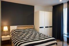 Dormitorio moderno del estudio fotografía de archivo libre de regalías