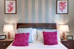 Dormitorio moderno elegante fotografía de archivo libre de regalías