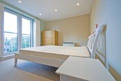 Dormitorio moderno en blanco con muebles simples Imágenes de archivo libres de regalías
