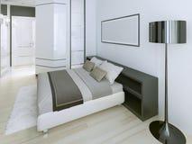 Dormitorio moderno en el apartamento de lujo Imagen de archivo libre de regalías