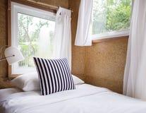 Dormitorio moderno en el color blanco y negro Fotografía de archivo libre de regalías