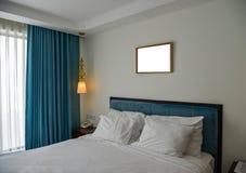 Dormitorio moderno en el hotel de lujo imágenes de archivo libres de regalías