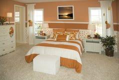 Dormitorio moderno en nueva casa Imágenes de archivo libres de regalías