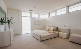 Dormitorio moderno espacioso Imagenes de archivo
