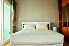 Dormitorio moderno hermoso del hogar y del hotel Fotos de archivo libres de regalías