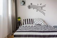 Dormitorio monocromático con la cama matrimonial Imagen de archivo