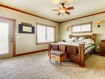 Dormitorio natural de la casa de la granja de la cabina con la alfombra beige y las paredes verdes. Fotos de archivo