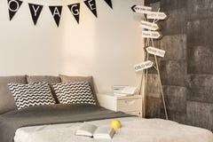 Dormitorio para alguien que ama el viajar imagen de archivo libre de regalías