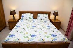 Dormitorio para dos en un motel Foto de archivo