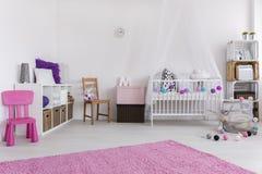 Dormitorio preparado para la niña fotos de archivo