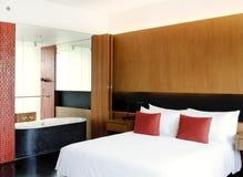 Dormitorio principal abierto al cuarto de baño fotografía de archivo libre de regalías
