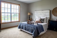 Dormitorio principal acogedor en un día de invierno frío imágenes de archivo libres de regalías