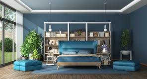 Dormitorio principal azul en un chalet moderno fotos de archivo
