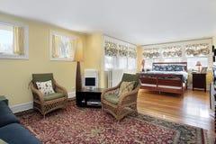 Dormitorio principal con área de sentada fotografía de archivo