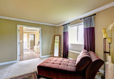 Dormitorio principal con área de sentada Fotografía de archivo libre de regalías