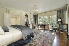 Dormitorio principal con el salón imagen de archivo libre de regalías