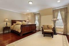 Dormitorio principal con el suelo de madera de la cereza Fotografía de archivo