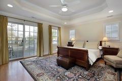 Dormitorio principal con el techo de la bandeja Foto de archivo libre de regalías