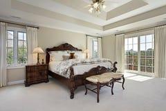 Dormitorio principal con el techo de la bandeja Fotos de archivo libres de regalías