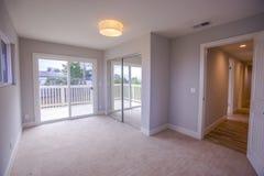 Dormitorio principal con la alfombra ligera y visión abajo del pasillo Foto de archivo libre de regalías