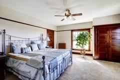 Dormitorio principal con la cama del marco del hierro Imagenes de archivo