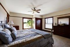 Dormitorio principal con la cama del marco del hierro Fotos de archivo libres de regalías