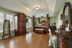 Dormitorio principal con la cama enmarcada madera Fotos de archivo libres de regalías